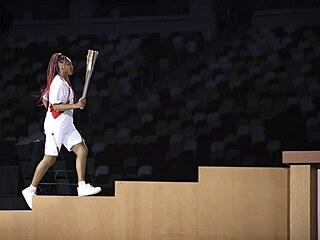 Naomi Ósakaová nese olympijskou pochodeň během zahajovacího ceremoniálu na...