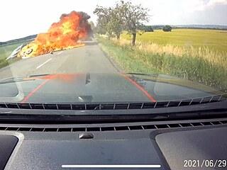 Motorkář nebezpečně předjížděl, po nárazu do auta skončily oba stroje v...