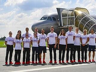 Čeští sportovci před odletem do Tokia 16. července.