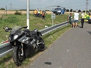 Motorkář havaroval na výjezdu z Vestce na Pražský okruh. (23. července 2021)