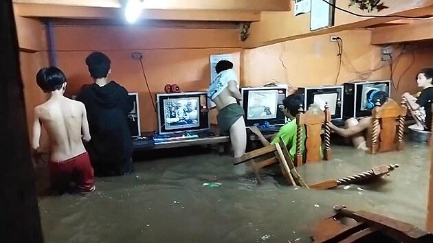 Závislé počítačové hráče nezastavily ani záplavy