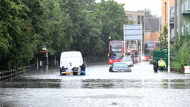 Londýn spláchla velká voda. Zaplavila i metro