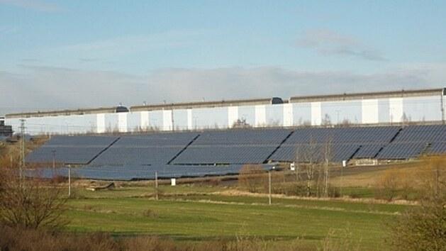 Fotovoltaika v Buštěhradu těží z ideálního místa. Udržují ji drony s termovizí