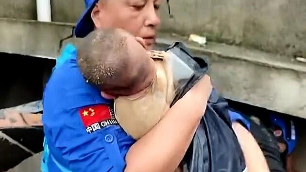V Číně zachránili ze sutin tříměsíční holčičku. Její matka zahynula