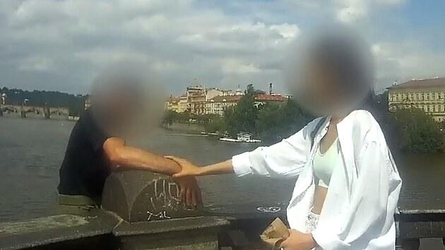 Muž chtěl skočit z mostu, za ruku ho držela cizí žena