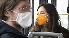 Ani očkovaní nejsou zcela 'bezpeční', respirátory by ještě sundávat neměli. Nákazu mohou přenášet bezpříznakově