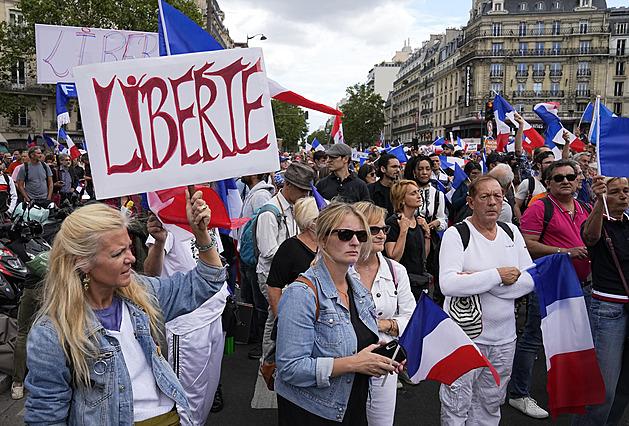 Po celé Francii protestovalo asi 200 000 lidí. Vadí jim zavedení covid pasů