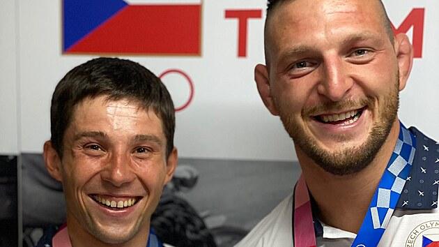 Kanoista Jiří Prskavec (vlevo) a judista Lukáš Krpálek pózují se zlatými...
