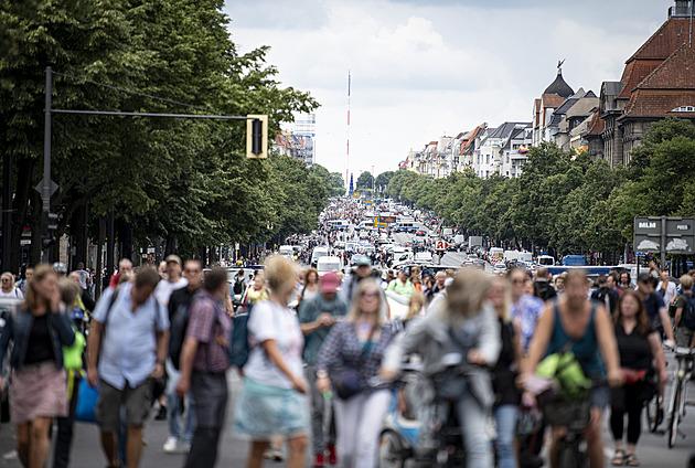 V Berlíně demonstrovaly tisíce odpůrců koronavirových opatření. Navzdory zákazu