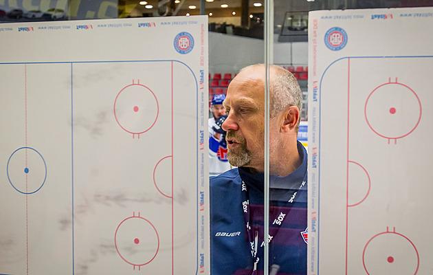 Hlavní trenér českobudějovických hokejistů Motoru Jaroslav Modrý vysvětluje při pátečním tréninku další cvičení, které na hráče čekalo.