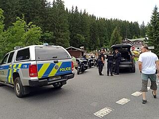 Policisté se strážci Správy Krkonošského národního parku pokutovali motorkáře...
