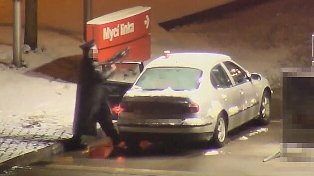 Střelec na benzince demoloval auto strážníků