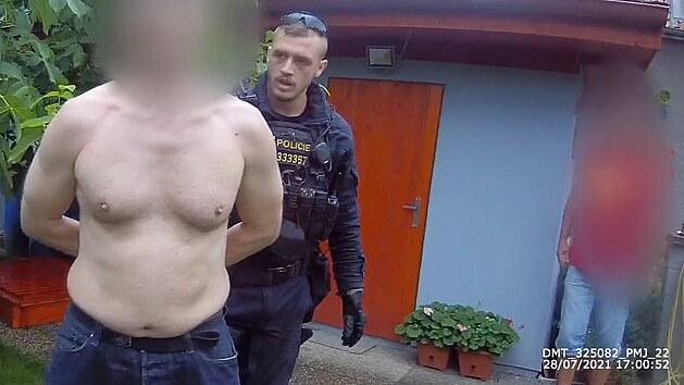 Polonahý zloděj ujížděl na kradeném kole, schoval se na zahradě