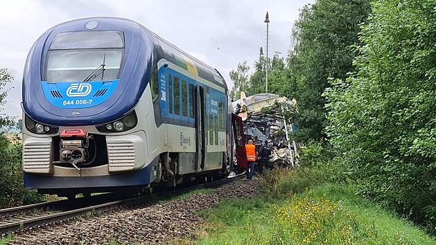Při střetu vlaků na Domažlicku zemřeli dva lidé, další jsou v kritickém stavu