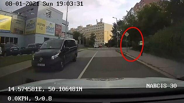 Muže na útěku zastavila až namířená služební zbraň