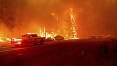 Mohutný lesní požár zničil město v Kalifornii. Řádění živlu zachytily fotografie a videa