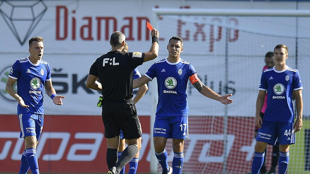 Boleslav - Slavia 0:2, třetí výhra mistra, domácí hráli poločas v oslabení