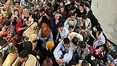 Afghánské drama pokračuje. Zatímco USA evakuují i pomocí civilních letů, na kábulském letišti umírají lidé