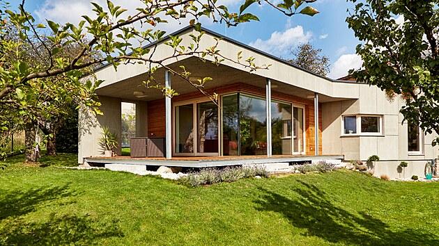 Světlost, přehlednost, prostornost a kompaktnost obytného prostoru s optickou i fyzickou vazbou na zahradu jsou základními atributy domu.