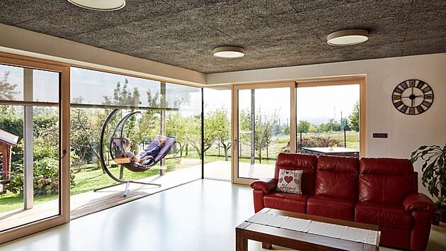 """Stropní podhled v obývací části je z heraklitu, kterému majitelé podomácku říkají """"vrabčí hnízdo"""". Desky z dřevité vlny pojené cementem plní nejen funkci estetickou, ale jejich otevřená struktura mimořádně dobře pohlcuje zvuk, funguje jako tepelný izolant a chrání konstrukci před ohněm."""