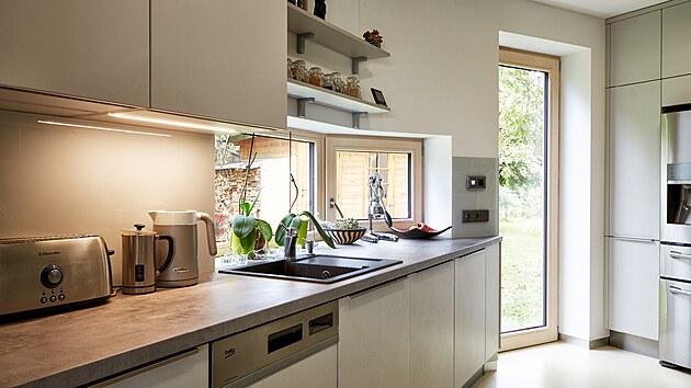 Zalomení domu je dobře patrné v kuchyni, která má vlastní vstup do zahrady k hřišti dětí, bylinkové zahradě, králíkům, vajíčkům a jiným vymoženostem.