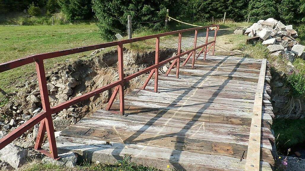 Nebezpečný most na cyklotrase hrozí zřícením, nepomůže už ani oprava