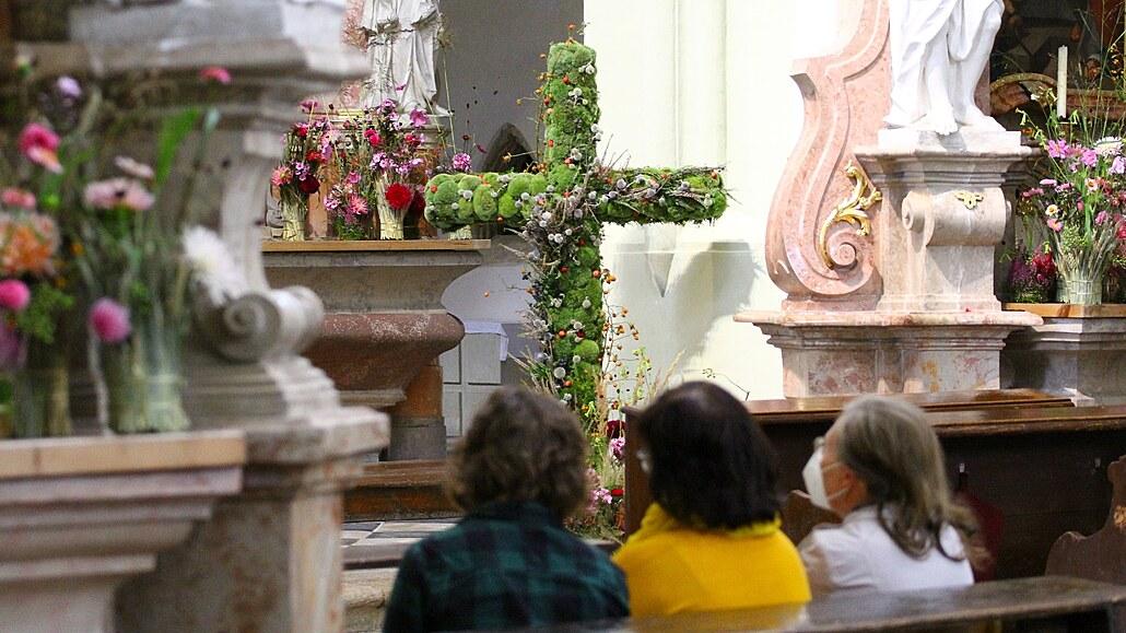 Rozkvetlé žďárské bazilice bude do neděle dominovat kříž z mechu