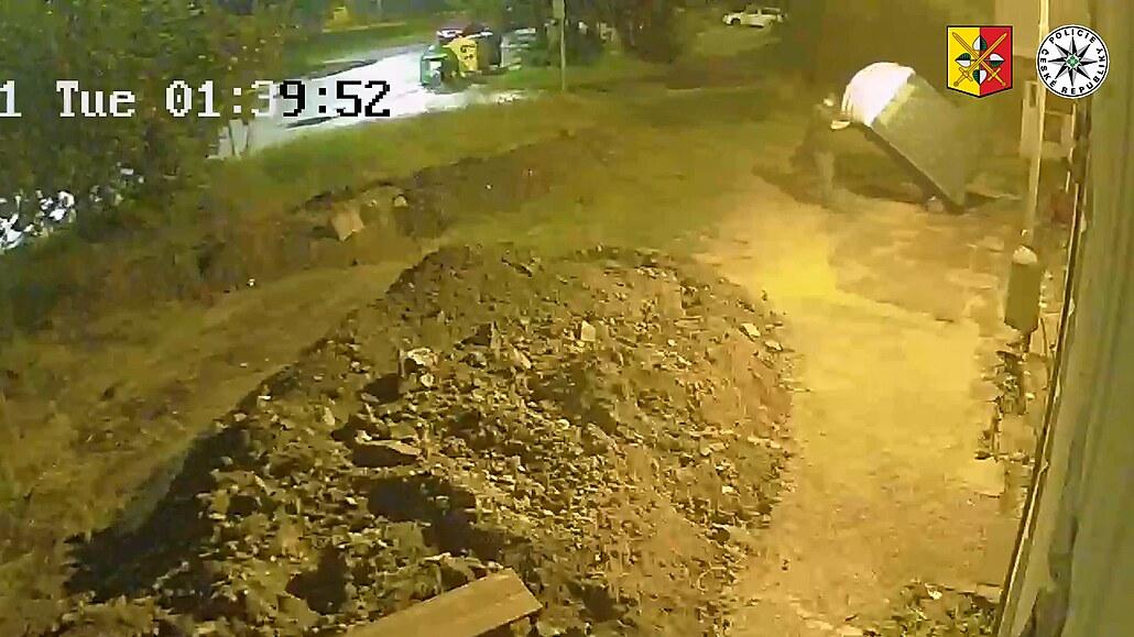 Mobilní toaletu na Proseku nezachránily ani šrouby, zloděj ji odtáhl pryč