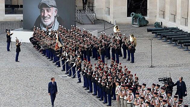 Francouzský prezident Emmanuel Macron obchází nastoupené jednotky během...