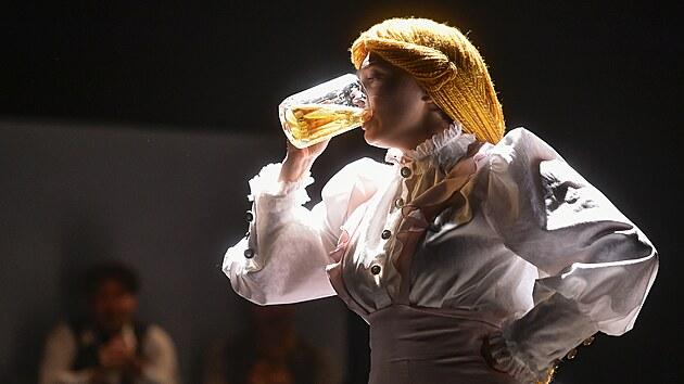 Sára Venclovská v roli paní správcové Maryšky při generální zkoušce románu Postřižiny spisovatele Bohumila Hrabala v Horáckém divadle v Jihlavě.