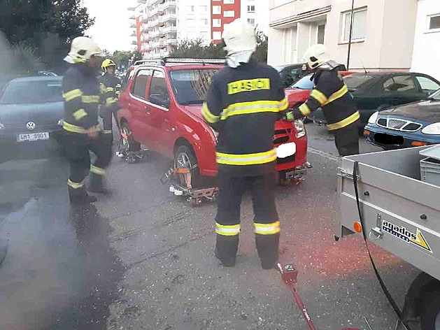 Olomoucký vynález funguje, hasiči při zásahu vyzkoušeli vozík na přesun aut