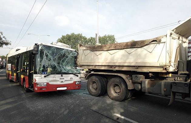 V Hradci Králové vrazil trolejbus do nákladního auta, zranil se cestující