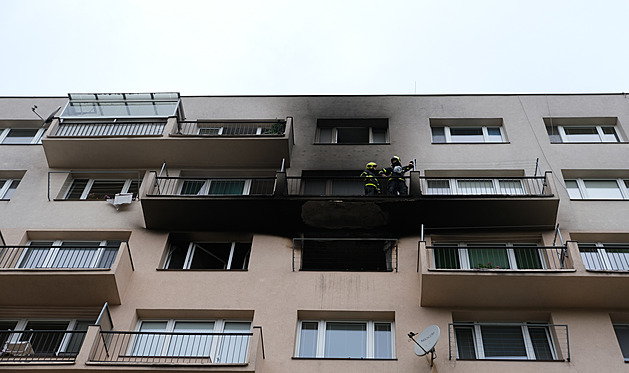 Při požáru ve Frýdku-Místku sundavali hasiči lidi z parapetu v šestém patře