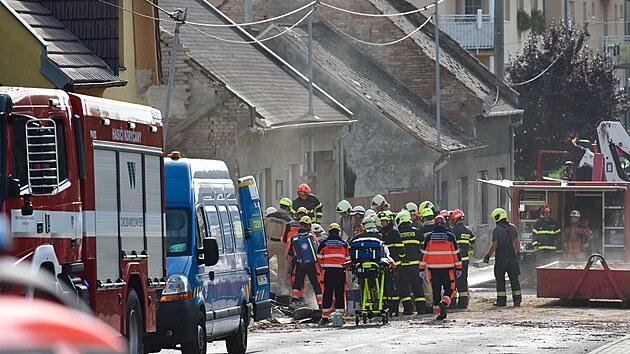 Exploze rodinného domu v Koryčanech si vyžádala dvě oběti. Na místě zasahovaly...