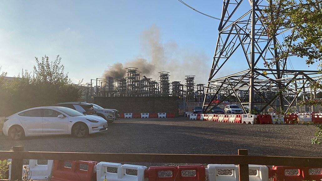 Oheň odřízl elektrický kabel pod La Manchem, Británie se bojí blackoutu