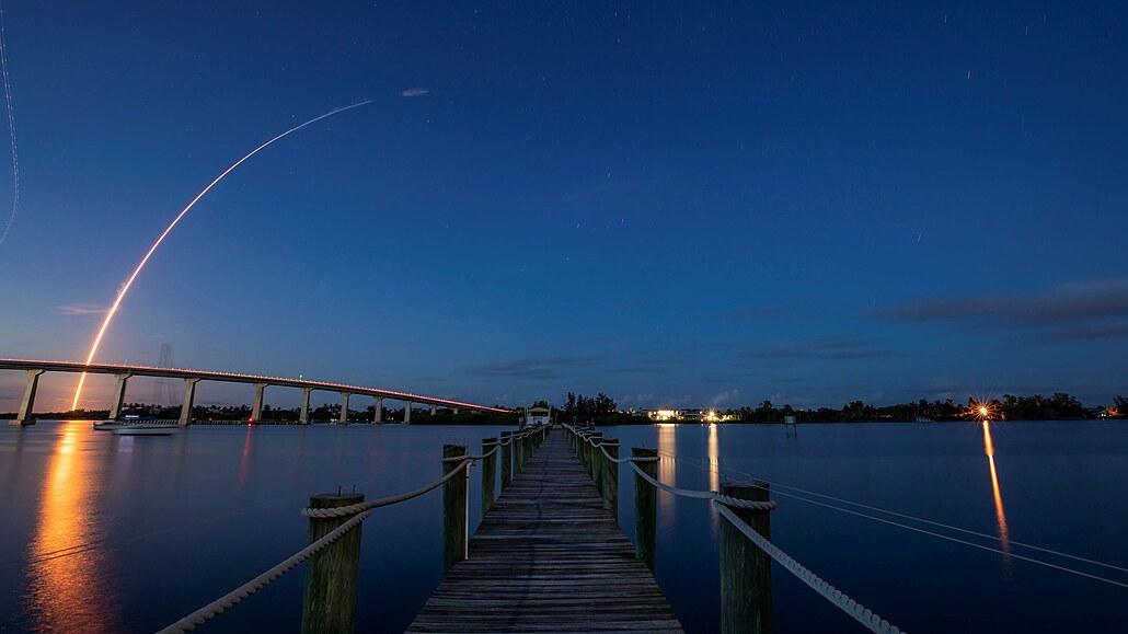 SpaceX vyslala do vesmíru civilní posádku. Na oběžné dráze má strávit tři dny