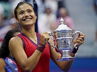 Britka Emma Raducanuová pózuje s trofejí pro šampionku US Open.