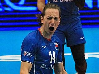 Český volejbalista Adam Bartoš se raduje po dobrém míči.