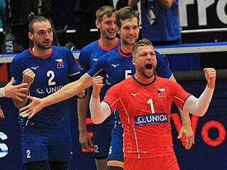Český volejbalový tým se raduje po vítězném míči v utkání s Francií.