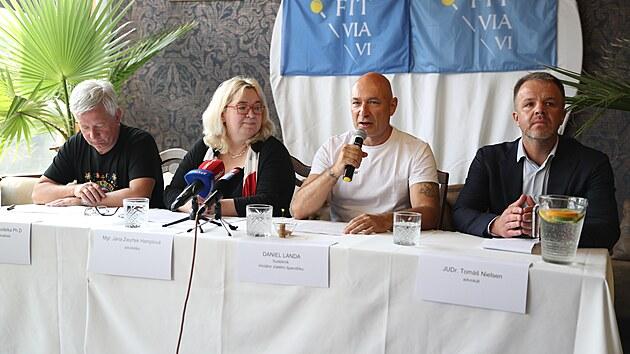 Advokáti Tomáš Nielsen (vpravo), Jana Zwyrtek Hamplová a Zdeněk Koudelka (vlevo) představili se zpěvákem Danielem Landou cíle iniciativy Zlatý špendlík. (15. září 2021)