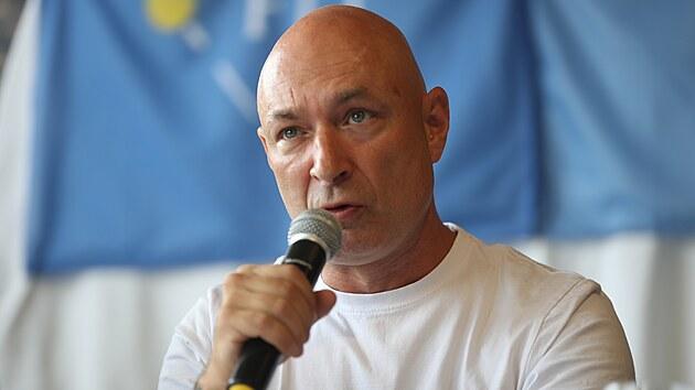 Advokáti Tomáš Nielsen, Jana Zwyrtek Hamplová a Zdeněk Koudelka představili se zpěvákem Danielem Landou cíle iniciativy Zlatý špendlík. (15. září 2021)