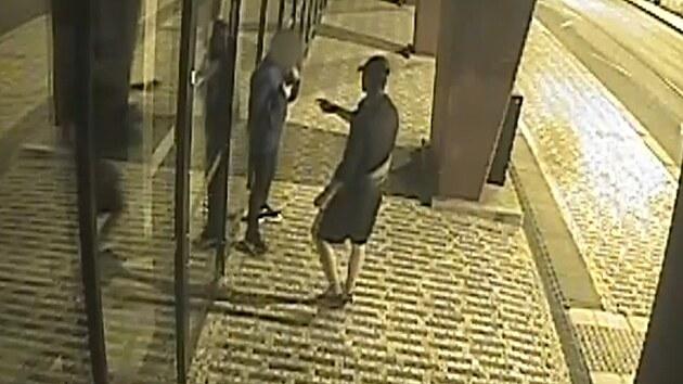 Muž couval před dvoumetrovým útočníkem, ze strachu mu dal své věci