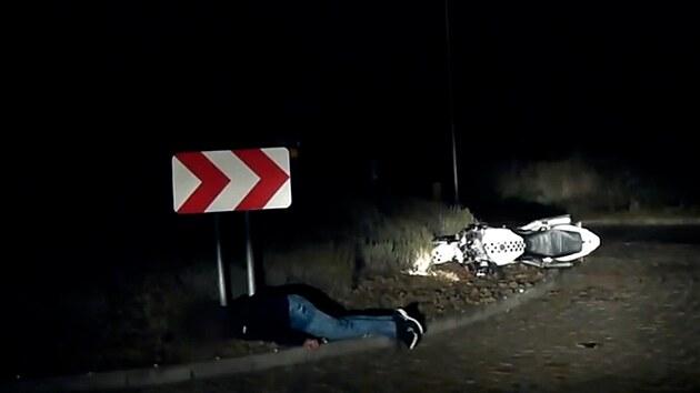 Motorkáře v bezvědomí našli na kruháči policisté