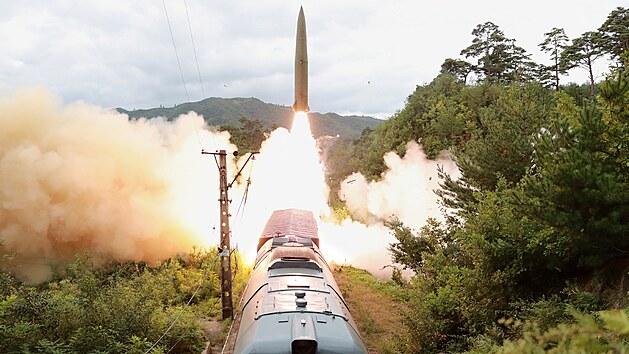 KLDR zveřejnila záběry, jak odpálila balistické rakety z vlaku