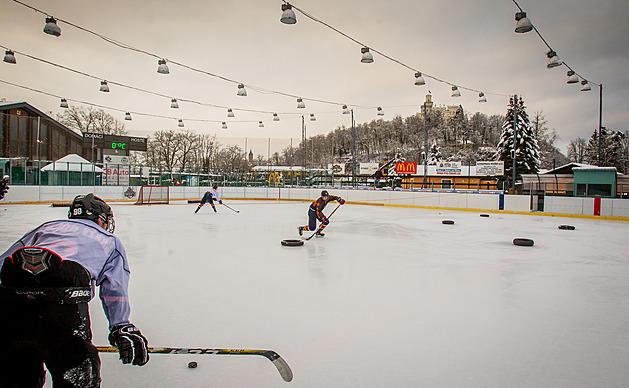 Z ledové plochy stadionu v Hluboké nad Vltavou je krásně vidět zámek.