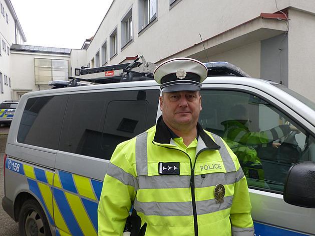 Nadpraporčík Jiří Punda z dopravního inspektorátu Jindřichův Hradec svým pohotovým zásahem zachránil život muži po pádu z mopedu.