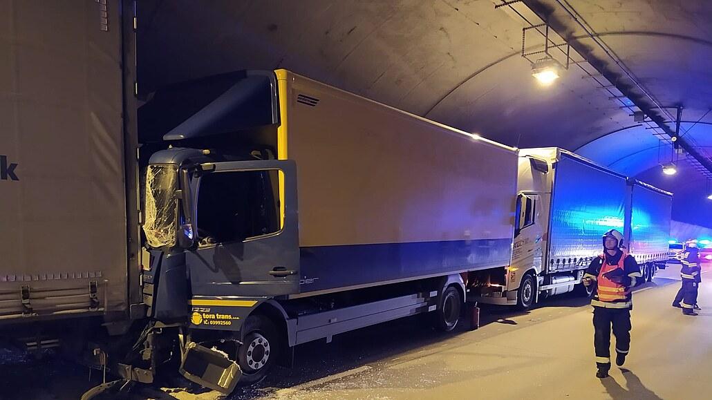 Komořanský tunel v Praze blokovaly nabourané kamiony, jeden řidič je zraněný