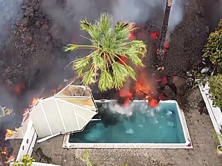 Žhavá láva zavalila bazén