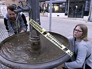 V centru Brna byly některé veřejné objekty obmotané žlutou exekuční páskou....