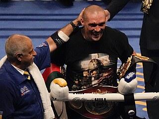Ukrajinský boxer Oleksandr Usyk porazil Brita Anthonyho Joshuu na body a...